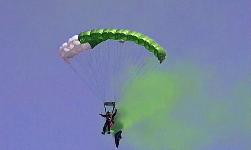 30 - Paratrooper Jumps Carrying Pakistani Flag from the height of 10,000 feet