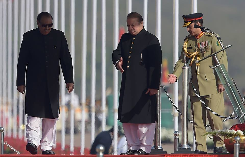 4 - Naawaz Sharif Welcomes President Mamnoon HUssain During Pakistan Day Parade