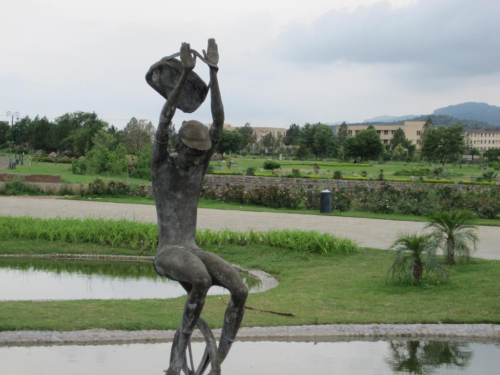 17 - Fatima Jinnah Park Statue